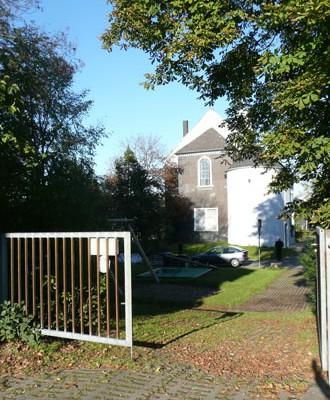Der Weg von der Schule zur evangelischen Kirche und zum Gemeindehaus