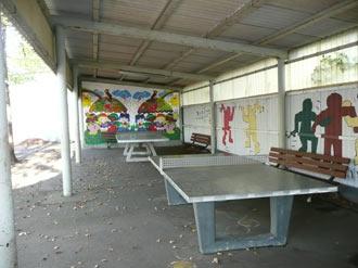 Zwei Tischtennisplatten